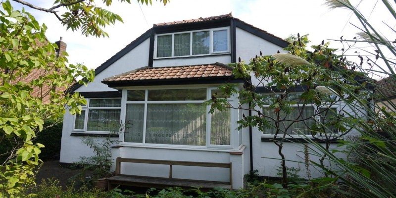 3 Bedroom Detached Bungalow For Sale in Little Heath