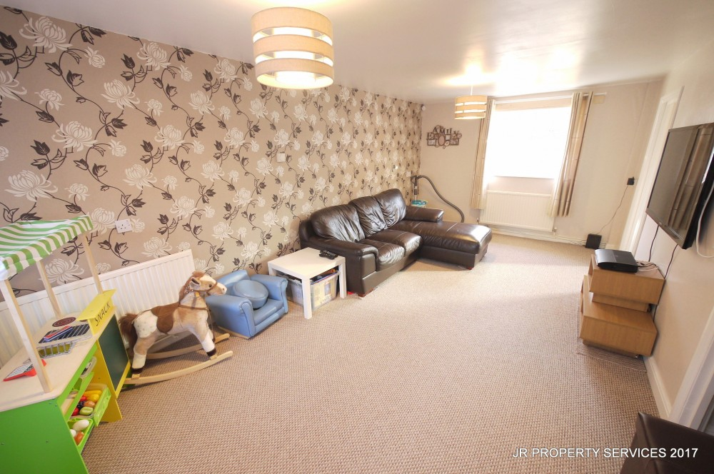 2 Bedroom Split Level Maisonette With Garden Cheshunt J